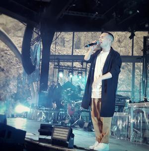 Oskar Linnros inledde konserten med ett peppande nummer. Foto: Olle Ekman