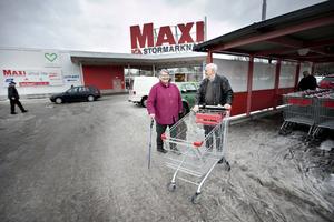 Karin Jonsson och Hans Pålsson är på väg in för att veckohandla.