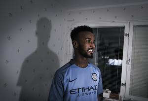 Khadar Ahmed Alukumed är 19 år och kommer från Etiopien. Tidigare bodde han i Laxå men fick hjälp via Stadsmissionen att hitta en lägenhet så det inte blev så långt att pendla till gymnasiet i Örebro.