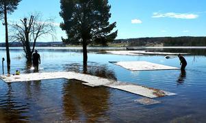 När vattnet steg tvingades man knyta fast trägolven så att de inte skulle försvinna ut i Marmen.