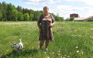 Leila Perätalo rastar fyraåriga Stella på ödetomten vid Hästhovsvägen i Hallstahammar där det förr fanns hyreslängor. Nu är ett byggföretag intresserat av att bygga minst tio hyresrätter på marken som precis blivit planlagd.