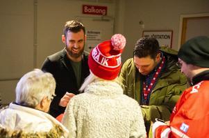 Zäta var populär bland fansen och såg ut att ha roligt när han pratade under autografskrivningen.