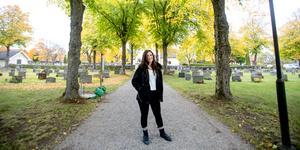 Sarah Artmann är trädgårdsmästare och projektledare i begravningsverksamheten i Järna-Vårdinge pastorat. Sarah och hennes kollegor kan du träffa vid Överjärna kyrka på alla helgons dag.