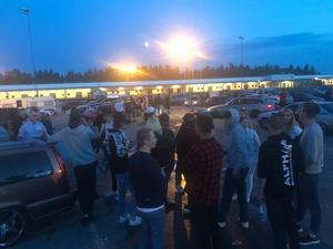 Så här såg det ut på industriområdet i Pilängen när NA besökte platsen sent  i fredags kväll. Ungdomar, fylla och hög musik.