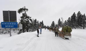 Fortkörarna passerar Storsätern och lämnar Sverige vid riksgränsen.