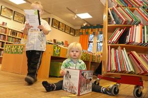 """""""Rör inte mitt bibliotek"""". Syskonen Melgot och Torgot Nordström gillar att vara på bibblan i Surahammar."""