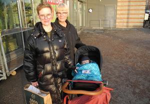 Cecilia Carlsson tillsammans med dottern Märta 1,5 år och mamma Monica Carlsson.