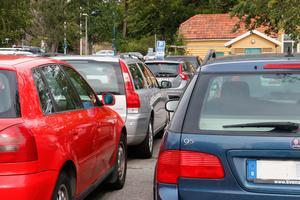 Parkeringsplatsen vid Nynäshamns station är oftast helt full med bilar.