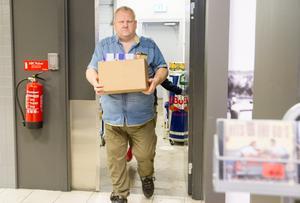 """""""Jag tycker man ska vara snäll och hjälpsam som person. Hjälpa till att bära grejer och fråga om någon vill ha min hjälp"""", säger Mats och hämtar grädde och socker från lagret."""
