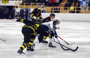 Henrik Cervin hittar en lucka mellan två AIK-försvarare.