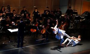 Stjärnor är temat för dans- och musikföreställningen Stjärngalen. Men det är svårt att hänga med i ramhistorien.Foto: Linda Hellstrand