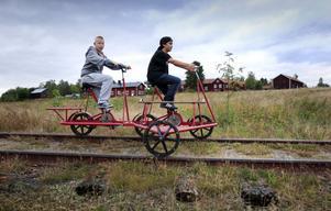 Nu har dressinerna kommit på plats i Vi, Idenor, och det är Robbin Roos Nordlund och Joakim Hödahl som sköter uthyrningen.