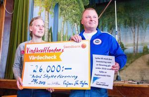Representanter från Arbrå skytteförening tog med glädje emot ett bidrag på 26 000 kronor som skulle gå till att inhandla ett nytt luftgevär.
