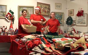 Laddar för julförsäljning. Carina Gyllenteg, Per Oja och Catrin Olander. I dag startar Ta till vara sin försäljning av julsaker.