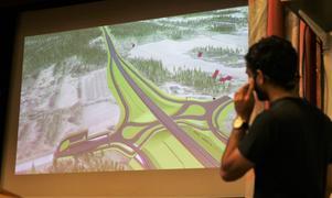 Rambölls uppdragsledare Oskar Jansson visade upp vägförslaget med en grafisk överflygning.
