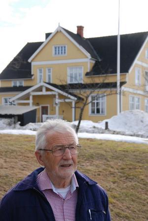 Göran Busk framför byns stängda skola, som numera fungerar som samlingslokal.