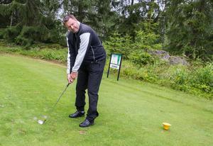 Joakims tips till nya golfare är att öva och öva. Mycket tid på driving range. – Testa klubborna många gånger hur de går. Vilken längd du kommer med dem. Här på hål 11 använde jag min järn 8 och på hål 16 min järn 9. Men för en annan spelare kan andra klubbor gälla.