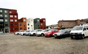 Andra etappen av nyproduktionen av bostadsrätter i Inre Hamnen i Sundsvall fick läggas på is.  Det skedde i höstas, sedan Sveriges snabbaste prisutveckling vänt och Sundsvall blivit en av de städer i landet där priserna på bostadsrätter sjunkit mest rent procentuellt.