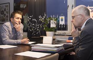 Marino Wallsten (S) och Stig Henriksson (V). Överlämning i kommunhuset den 1 december 2014.