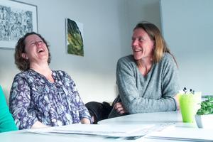 Lotta Forslin och Viveka Sjögren har nära till skratt på skrivarkursen Sagan inuti.
