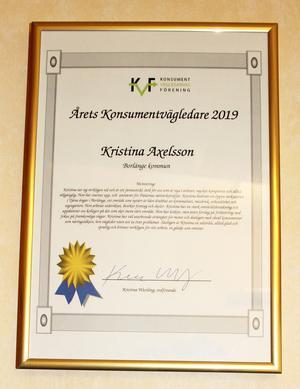 Kristina Axelsson blev utsedd till Årets Konsumentvägledare 2019. Diplomet hänger på väggen.