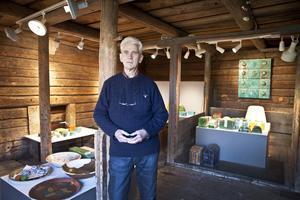 Ulf Johansson med sina föremål inför en utställning 2014. Foto: Lennye Osbeck