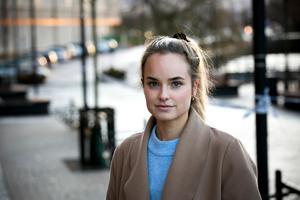 Erica Wiktorsson jobbar i närheten av platsen där en man blev skjuten på torsdagskvällen. – Det känns otäckt, säger hon.