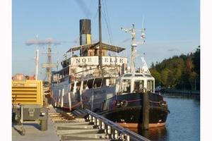På lördagen drog en stark bogserbåt  s/s Norrtelje genom gyttjan i Norrtälje hamn, åter till sin ursprungliga plats. Foto: Kerstin Berg