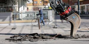 Ombyggnaden av Vasagatan drabbar inte minst cyklister som måste leda sina cyklar. I juli i år ska körbanan vara farbar på nytt.