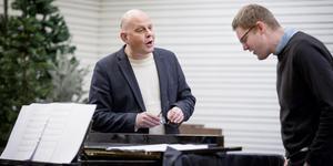 Tillsammans med kollegan Jakob Freiman övar pastor Thomas Hallström sång inför sin avskedspredikan. Den första januari börjar han sitt nya jobb.