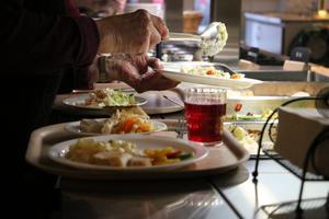 Avgiften som tas ut för måltider på omsorgsboenden i Kumla motsvarar inte de faktiska kostnaderna. Därför är ett förslag att höja priset för mat som tillagats i något av kommunens kök. Arkivfoto: NA/Jan Wijk