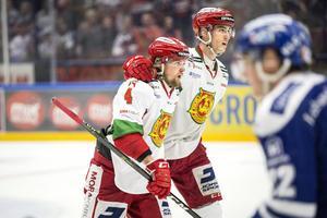 Pierre Engvall klappar om Viktor Amnér i en av matcherna i kvalet mot Leksand 2017. Engvall gjorde stora framsteg den säsongen, frågan är om någon av MIK:s unga forwards kan göra en liknande resa i vinter.
