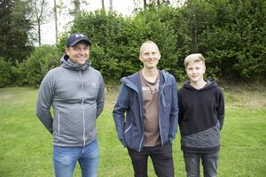 Krister Aspgren, Mikael Kjettselberg och Gustav Rydåker njöt av underhållningen som diskuskastarna bjöd på.