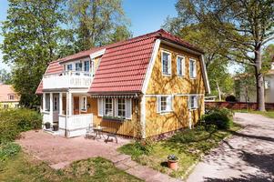 Hus med tillhörande lägenhet på 45 kvm. Foto: Kristofer Skog Husfoto