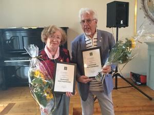 Karin Eriksson Delsbo och Jan-Eric Berger, Trönö uppvaktades i Rengsjö med blommor och Riksförbundets utmärkelse med förgylld krans. Foto Elisabeth Eriksson.