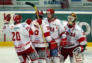 Sanny Lindström, med A:et på bröstet, har precis vunnit på bortaplan mot SSK under lockoutsäsongen. Tröja nummer 20 råder det inget tvivel om vem som har på sig: Zetterberg.