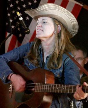 Teri Joyce från Texas står på scen i Säterdalen under torsdagens countyrjam.