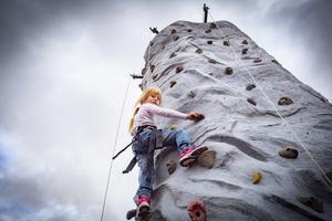Det var kö till klätterväggen men Miranda Thunberg var den första som kom till toppen. Foto: Lennye Osbeck