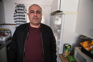 I lägenheten på tredje våningen mot Mohammed Hussein med sin familj.