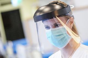 Visir och munskydd. För att förhindra smittspridning. Foto: Johan Nilsson/TT