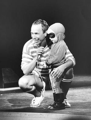 Barnmaskerad i Folkets park 1985. Leif i Mora Träsk intervjuar Fantomen, alias Jakob. Foto: Coje Larson/VLT:s arkiv