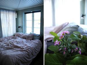 Pastellrosa linnelakan i sovrummet.