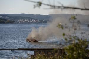 En båt började brinna i Alnösundet.