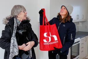 Marianne Engström och Jenny Glumoff med välkomstpresenten från Sandvikenhus.
