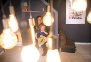 Ett inferno av lampor hänger mitt i rummet och sprider ett behagligt ljus över lekbordet.