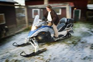 34-åriga Camilla Missnebäck bor med man och fyra barn i Utanede. Hon köpte egen skoter våren 2012 och tror att ökningen av antalet kvinnliga förare är en naturlig utveckling.