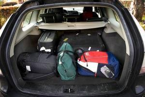 Tänk på att packa bilen och husvagnen säkert inför semesterresan. Och glöm för allt i världen inte Abba till stereon.