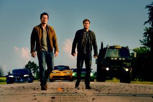 Mark Wahlberg som Cade Yeager och Jack Reynor som Shane Dyson.
