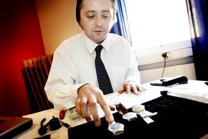 Chris Walsh har arbetat som kringresande guldvärderare i fyra år. Igår befann han och kollegerna sig i Gävle och det finaste han hittills hade köpt var en schweizisk klocka från IWS för 4 000 kronor.