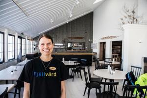 Fjällvärden Christina Olsén i den nyrenoverade matsalen med plats för 80 matgäster.